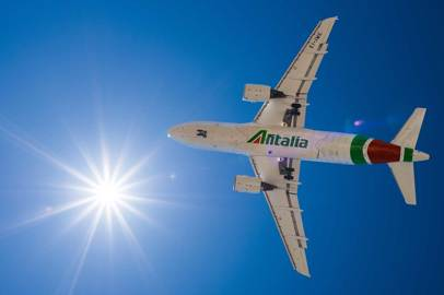 Alitalia continues to organize special flights to repatriate Italian citizens; Airline schedules daily cargo services from China until 4 May
